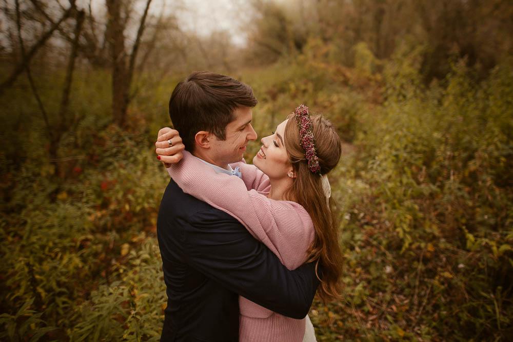 Paulina i Karol, romantyczny plener jesienny w sukni Anna Kara i swetrze 27