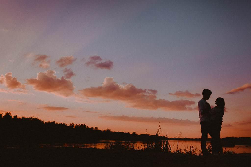 sesja narzeczeńska zachód słońca