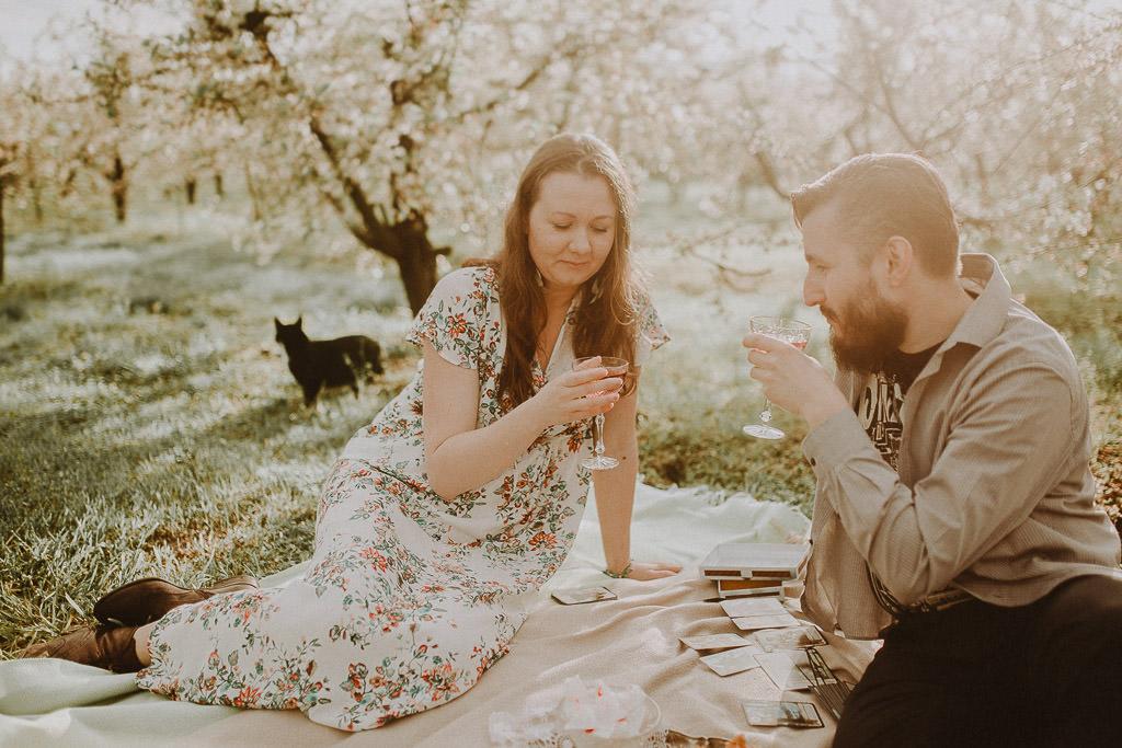 Miłosz i Natalia, sesja w sadzie, podwórzu i w wiejskiej chacie 46