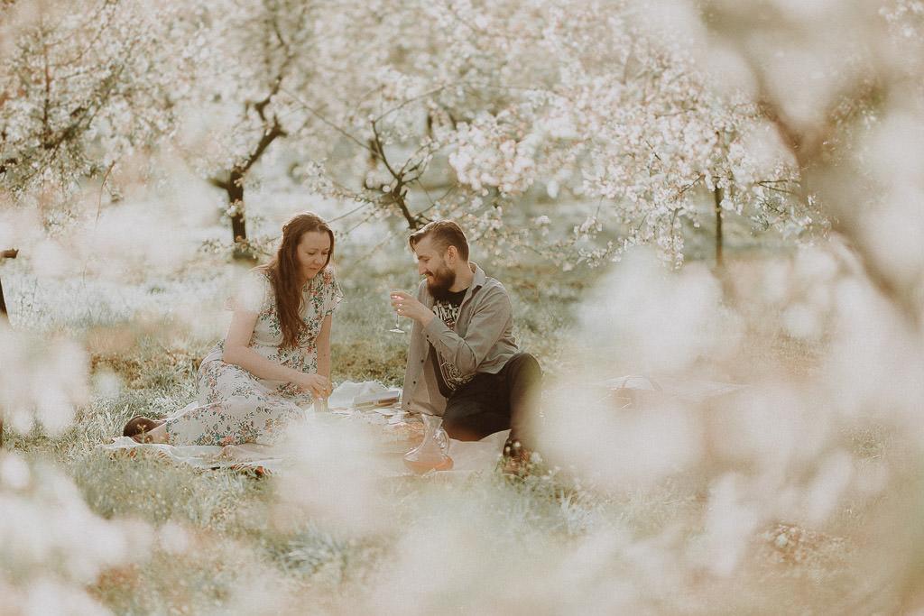Miłosz i Natalia, sesja w sadzie, podwórzu i w wiejskiej chacie 47