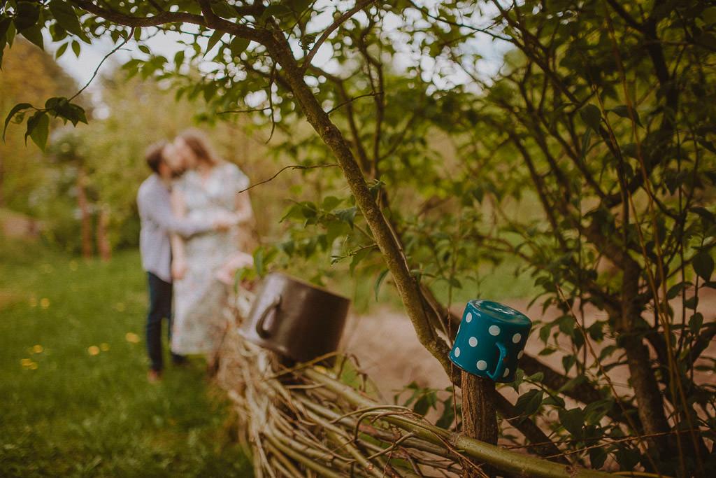 Miłosz i Natalia, sesja w sadzie, podwórzu i w wiejskiej chacie 51
