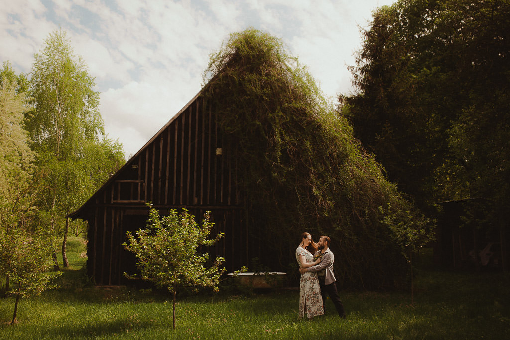 Miłosz i Natalia, sesja w sadzie, podwórzu i w wiejskiej chacie 53