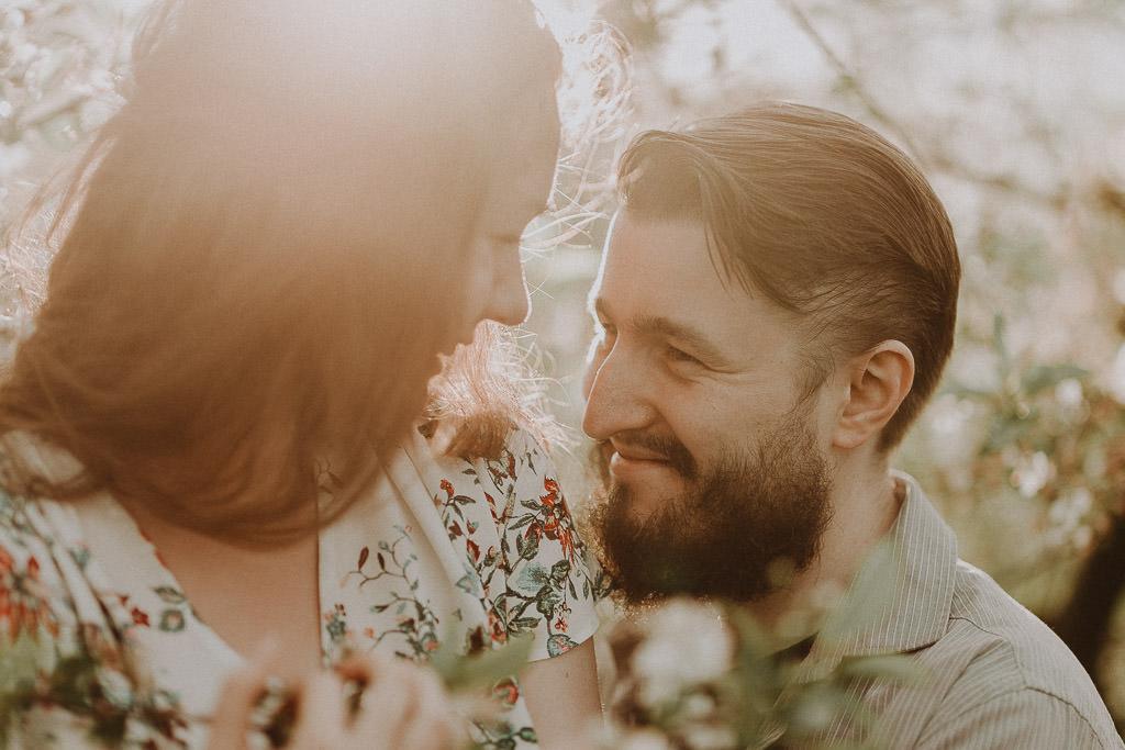 Miłosz i Natalia, sesja w sadzie, podwórzu i w wiejskiej chacie 38