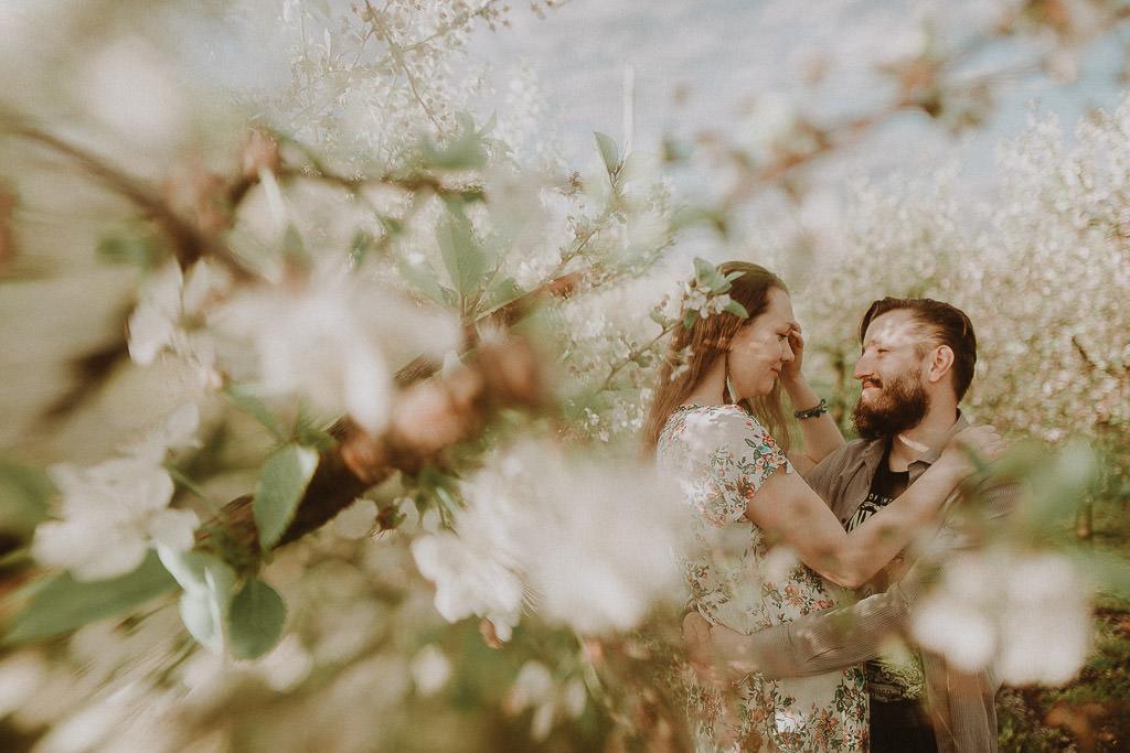 Miłosz i Natalia, sesja w sadzie, podwórzu i w wiejskiej chacie 41