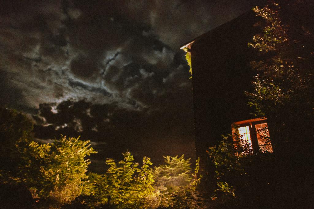młyn kowalewko nocą